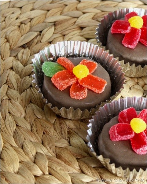 mini cakes with jelly candy flowers