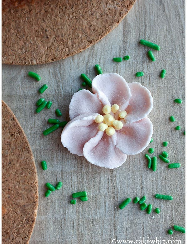 how to make royal icing flowers for wedding cakes how to make easy royal icing flowers 15982