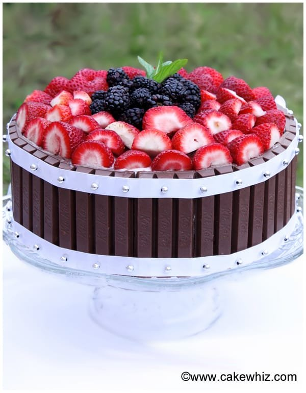 cake with berries and kitkat 9